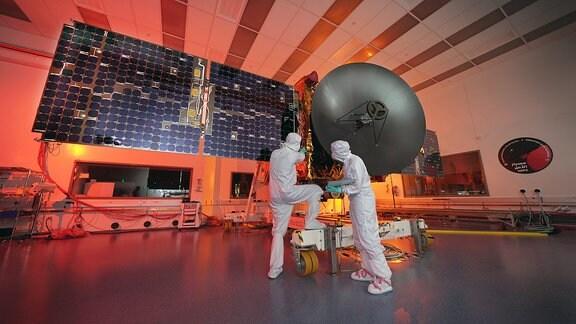Arbeiter sind an der Marssonde Hope Probe im Mohammed bin Rashid Space Centre beschäftigt.