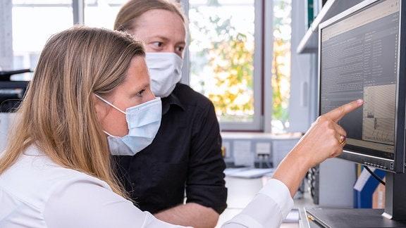 Prof. Dr. Mascha Binder (vorn) leitet eine Studie zur Erforschung der Mechanismen der Immunität gegenüber SARS-CoV-2.
