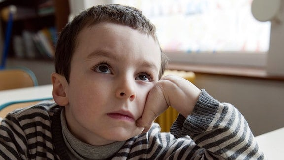 Junge grübelt über einer Matheaufgabe