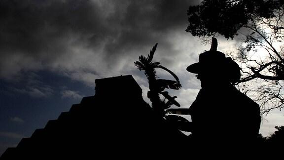 Ein Besucher vor der Kukulkan Pyramide in Mexico.