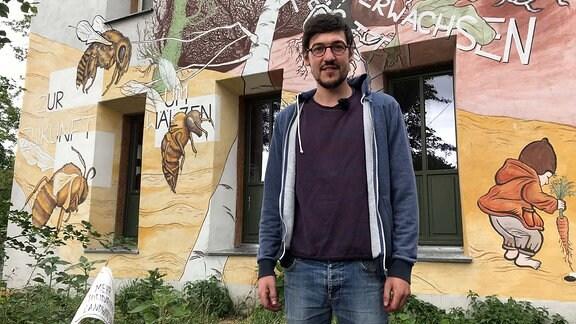 MDR-Reporter Max Heeke vor der Hofeinfahrt zur Gemüsekooperative Rote Beete in Taucha bei Leipzig.