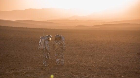 Sonnenuntergang am Ramon-Krater in Israel mit einem der analogen Astronauten der Mission des Österreichischen Weltraumforums ÖWF.