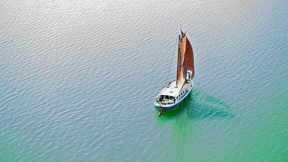 Ein Segelboot auf dem Störmthaler See