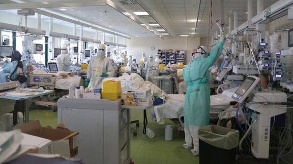 Pflegekräfte und Patienten auf einer Intensivstation