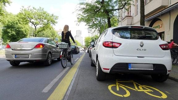 Ein Pop-up Radweg wird zum Parken genutzt