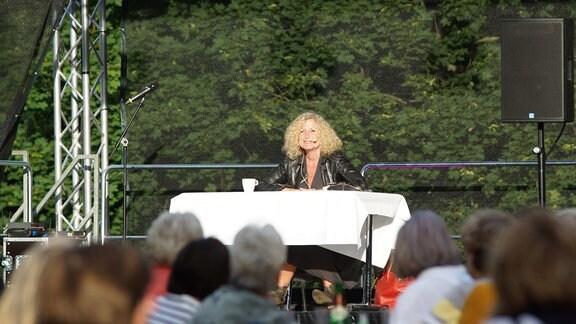 Autorin Susanne Fröhlich auf einer Lesung