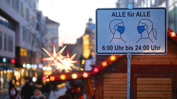 Schild Maskenpflicht am Zugang zur Fußgängerzone in der Innenstadt von Leipzig