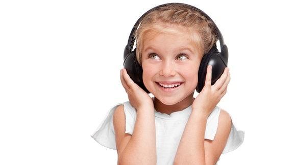Kleines Mädchen trägt Kopfhörer
