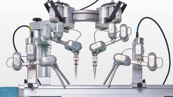 Ein Chirurgie-Roboter mit mehreren beweglichen Armen