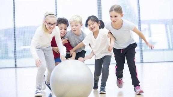 Kinder beim Schulsport