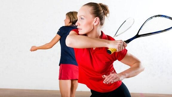 Squash spielende Frauen