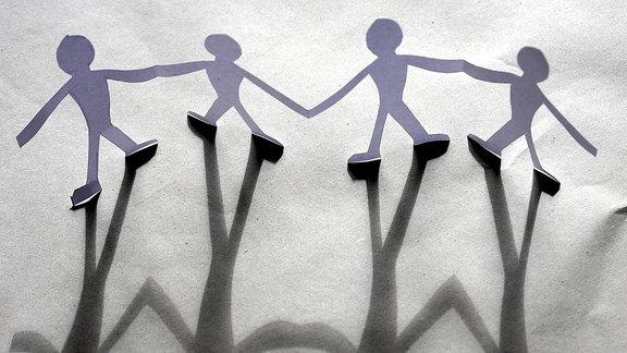 Menschenkette mit Schatten