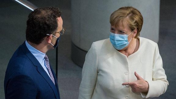 Angela Merkel und Jens Spahn in Plenarsitzung im Bundestag