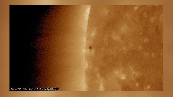 Der Planet Merkur erscheint als kleiner schwarzer Fleck vor der Sonne.