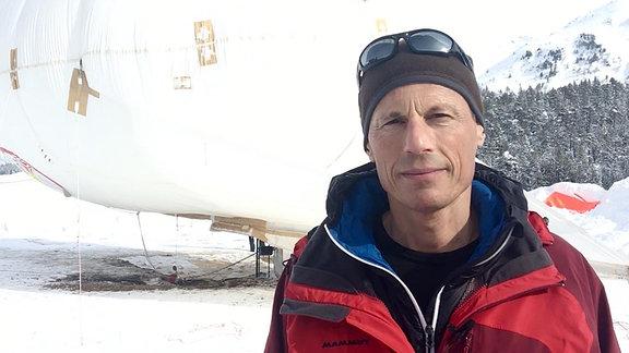 Ein Forscher im Winter der Schweizer Alpen.