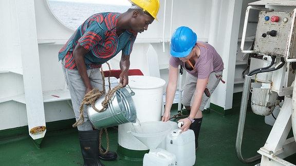 Forscher arbeiten mit einer Wasserprobe an Bord des südafrikanischen Forschungsschiff SA Agulhas II