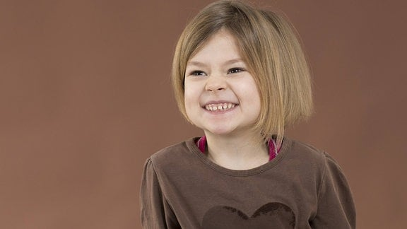Fünfjahriges Mädchen zeigt ihre Milchzähne