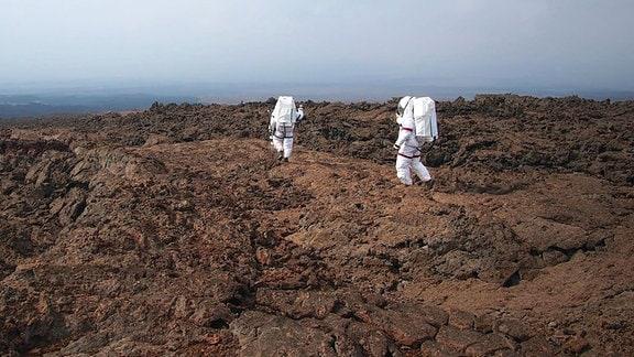 HI-SEAS-Missionsteilnehmer in Raumanzügen am Mauna Loa Hawaii