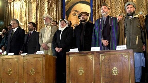 Mitglieder der afghanischen Regierung um Hamid Karzai bei ihrer Amtseinführung im Dezember 2001