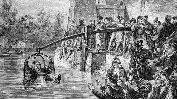 Die Strafe des Untertauchens im Mittelalter, angewandt bei betrügerischen Bäckern, historischer Stich, 1888.