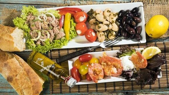 Antipasti, Thunfisch, Salat, gefüllte Paprika, Pfefferoni, groߟe Bohnen, schwarze Oliven, Garnelen, Sour Creme, Tomaten und Weißbrot