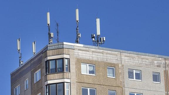 Mobilfunkmasten auf einem Hausdach