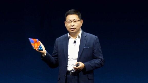 Richard Yu, Chef von Huawai, präsentiert auf dem MWC 2019 ein faltbares 5G-Smartphone.