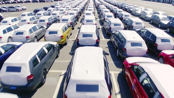 Viele Autos auf einen Parkplatz