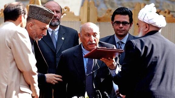 Afghanistans letzter König Mohammed Zahir Shah 2003 mit Präsident Hamid Karzai