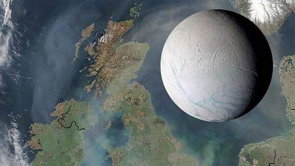 Größenvergleich des Saturnmondes Enceladus mit einer Karte der Nordsee und England. Enceladus füllt die Fläche zwischen England und Skandinavien aus.