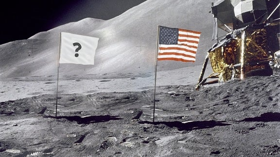 Fotomontage: US-Flagge neben Landemodul auf der Mondoberfläche, daneben eine weiße Flagge mit Fragezeichen