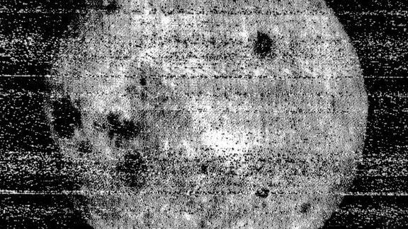 Um 3.30 Uhr (UT) des 7. Oktober 1959 wird das erste Foto von der Rückseite des Mondes geschossen. Aufgenommen von der sowjetischen Raumsonde Lunik III.