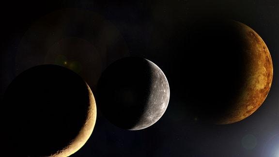 Künstlerische Darstellung von Mond, Merkurs und Venus, seitlich angeleuchtet (drei mondartige Erscheinungen mit gelben Kratermuter, weißem Kratermuster und vulkanischer Oberfläche) – Montage aus Foto und computersimulierten Darstellungen.