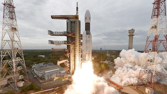 Eine indische Rakete vom Typ GSLV Mk-III hebt ab.