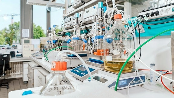 Laborraum mit Bioreaktoren im Max-Planck-Institut für Dynamik komplexer technischer Systeme in Magdeburg