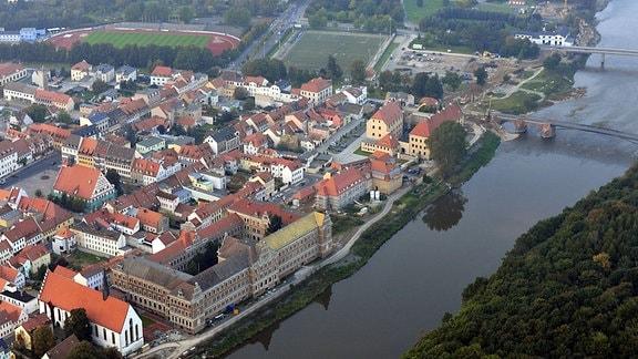 Luftaufnahme der Stadt Grimma mit der Klosterkirche und der Gattersburg mit Muldewehr.