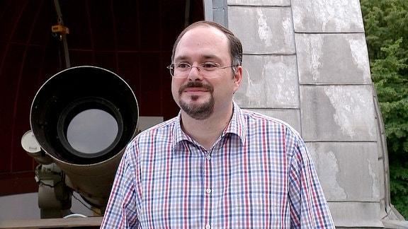 Der Astronom Markus Mugrauer vor dem Teleskop der Universitätssternwarte Jena.
