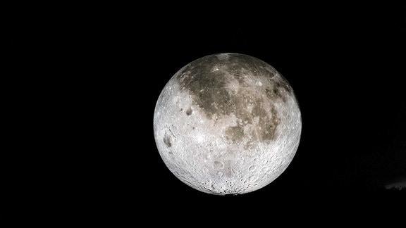 Der Mond leuchtet.