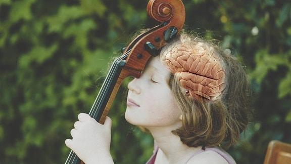 Mädchen lehnt Stirn an Cello-Hals, geschlossene Augen, Nahaufnahme, Hintergrund unscharf, grün im Freien. Im Kopf ist als Fotomontage ein Gehirn zu sehen.