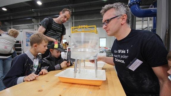 Ein Forscher führt ein Experiment der Wasserbauingenieure vor.