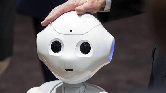 Humanoider Roboter Pepper ist darauf programmiert, Menschen und deren Mimik und Gestik zu analysieren und auf diese Emotionszustände entsprechend zu reagieren.