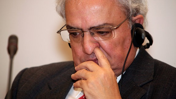 Manuel Antonio dos Santos bohrt in der Nase.