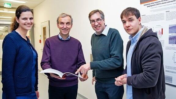 Dr. Kristine Roßbach (TiHo), Professor Dr. Thomas Werfel (MHH), Professor Dr. Wolfgang Bäumer (ehemals TiHo, jetzt Freie Universität Berlin) und Gustav Gerd Bruer (TiHo)