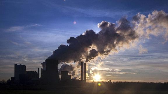 Braunkohlekraftwerk Niederaussem der RWE Power am Abend