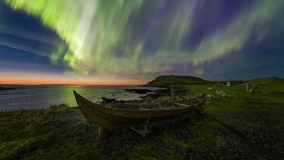 Nordlichter über Ruderboot in Wikinger-Siedlung von L'Anse aux Meadows