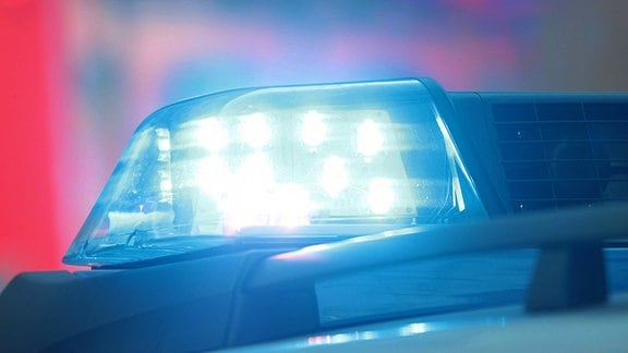 Einsatzwagen der Polizei mit eingeschaltetem Blaulicht.