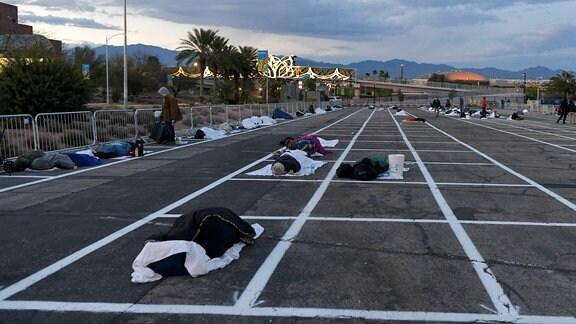 Obdachlose auf einem Parkplatz
