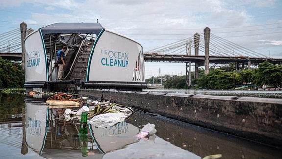Ein Boot mit der Aufschrift - The Ocean-CleanUp