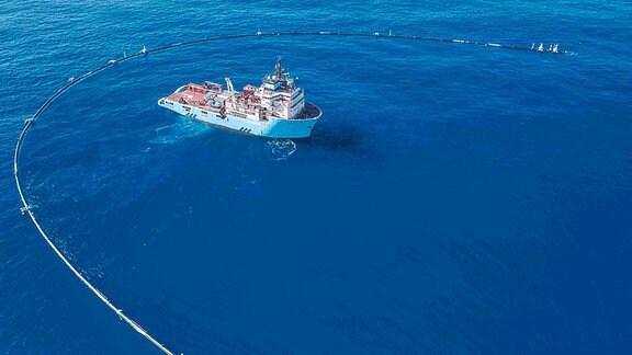 Ein Boot, dass die Meere reinigen soll.