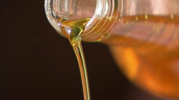 Öl läuft aus einer Flasche